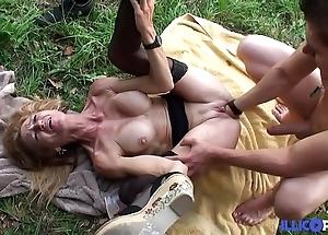 Bonne cougar peaches et bien matured baisée dans un champ [full video]