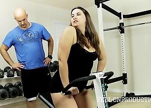 Exert stepmom's sexy wet cunt in gym